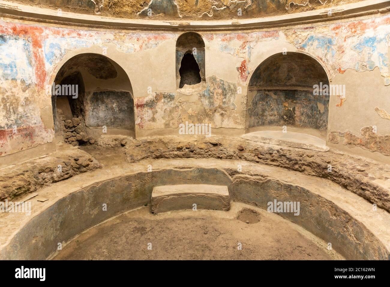 the-mens-frigidarium-with-a-circular-bas