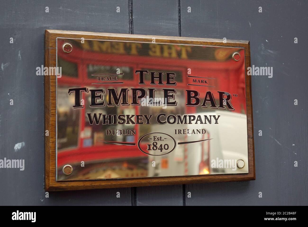 the-temple-bar-whiskey-company-brass-plaque-sign-dublin-ireland-2C2B48F.jpg