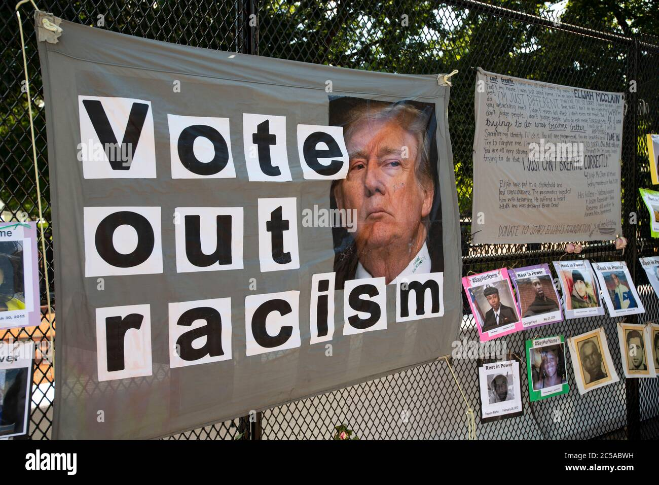 usa-washington-dc-protest-signs-against-racism-attached-to-a-temporary-fence-around-lafayette-square-2C5ABWH.jpg