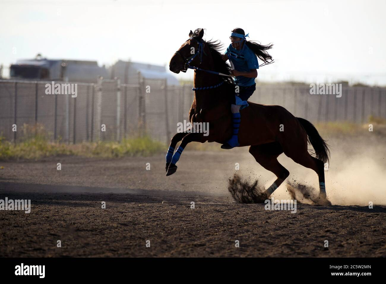 blackfoot-first-nations-indian-relay-horse-race-held-in-strathmore-alberta-canada-2C5W2MN.jpg