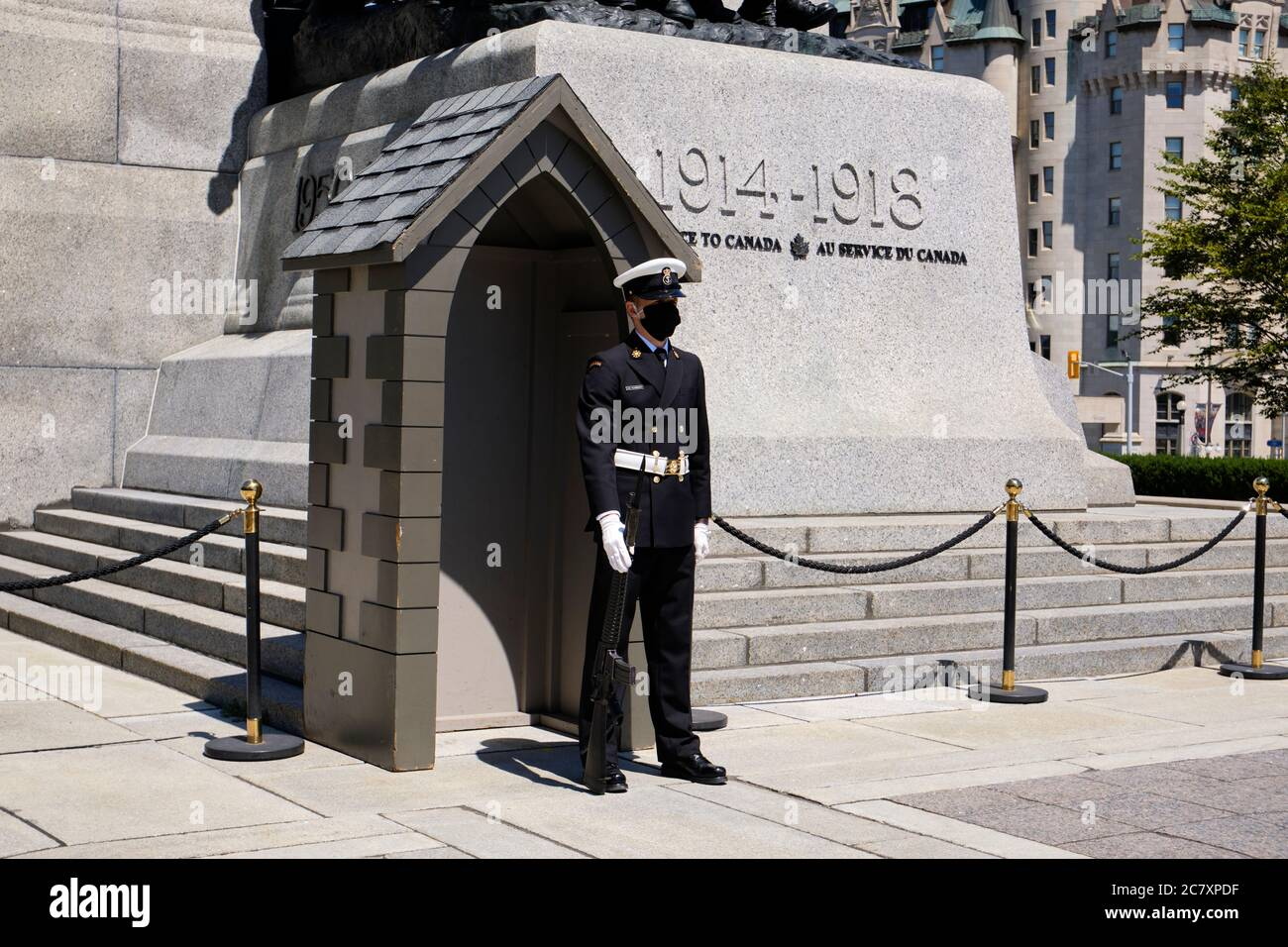 military-guard-with-protective-face-mask-due-to-ongoing-pandemic-at-the-canadian-war-memorial-in-ottawa-2C7XPDF.jpg