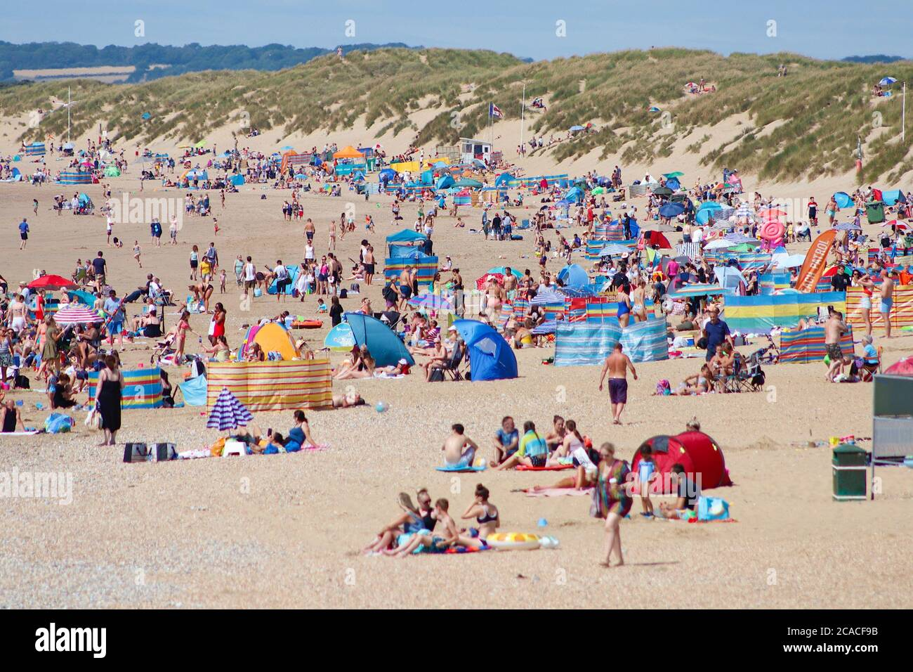 Camber, East Sussex, UK. 06 Aug, 2020. UK Weather: The South East coast is set for increasingly higher temperatures over the coming days with Camber Sands in East Sussex expecting large crowds of people taking advantage of the golden sandy beaches. Photo Credit: Paul Lawrenson-PAL Media/Alamy Live News Stock Photo