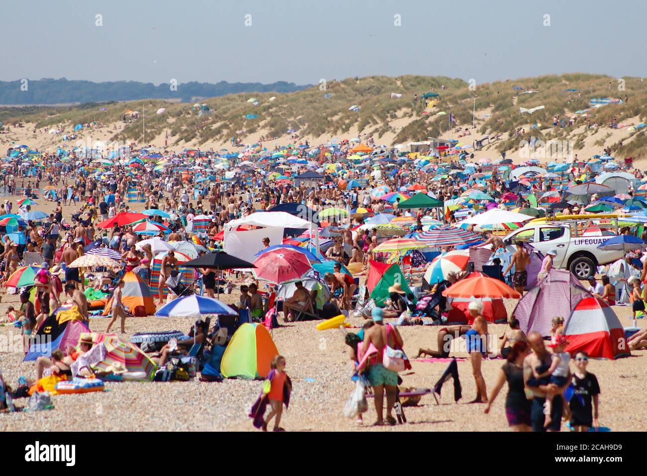 Camber, East Sussex, UK. 07 Aug, 2020. UK Weather: Likely to be one of the hottest days of the year so far with the Met Office predicting temperatures into the 30's, Camber Sands in East Sussex is expecting large crowds of people to take advantage of the golden sandy beaches. Packed busy beach in summer. Photo Credit: Paul Lawrenson-PAL Media/Alamy Live News Stock Photo