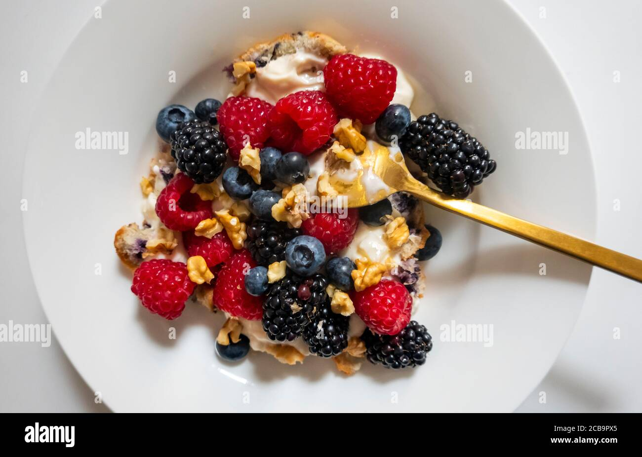 a-healthy-breakfast-of-berries-walnuts-y