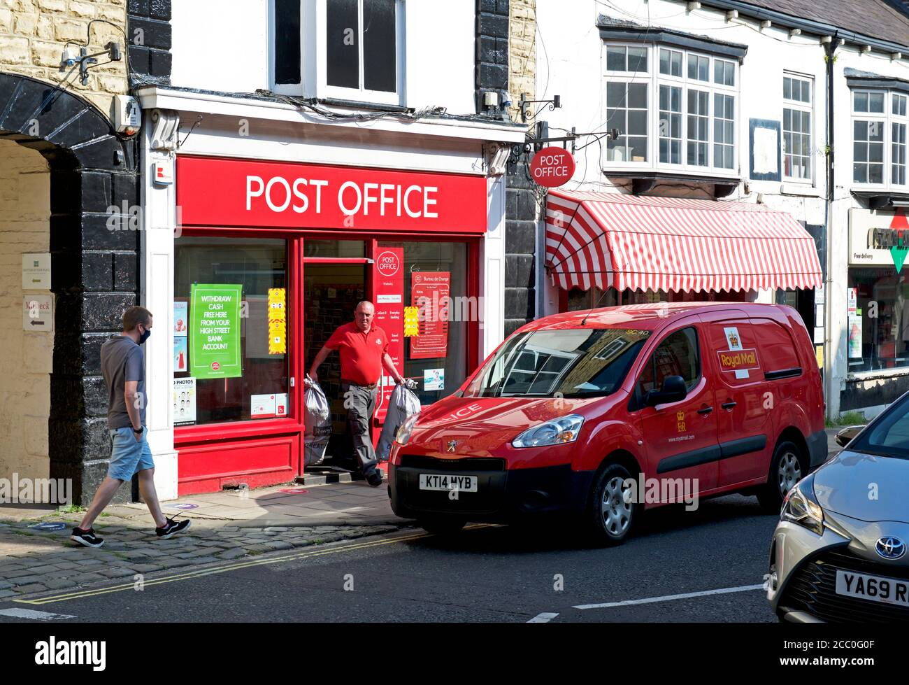 the-post-office-on-high-street-wetherby-west-yorkshire-england-uk-2CC0G0F.jpg