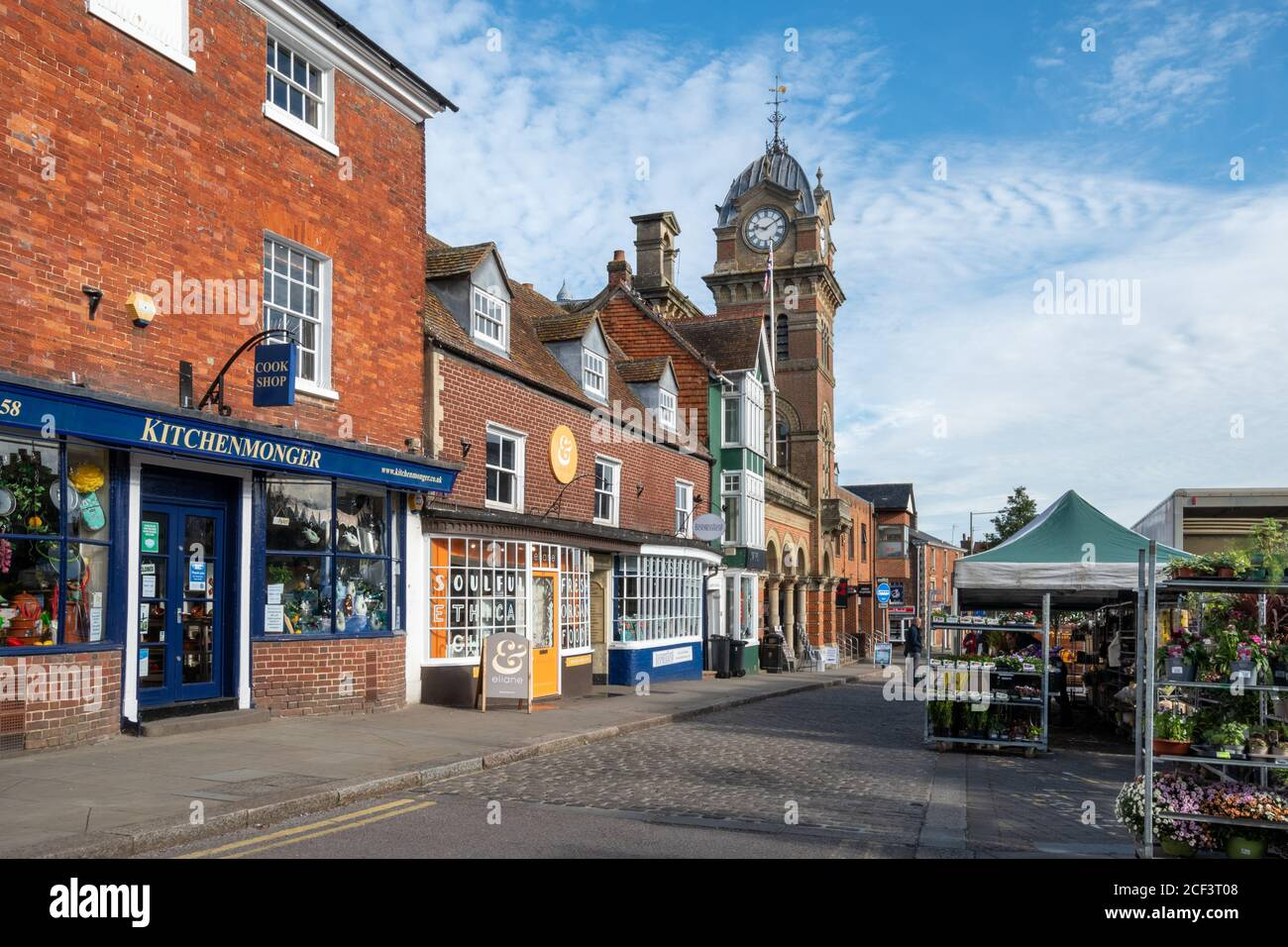market-day-at-hungerford-berkshire-uk-view-of-the-high-street-with-the-town-hall-shops-and-market-stalls-2CF3T08.jpg