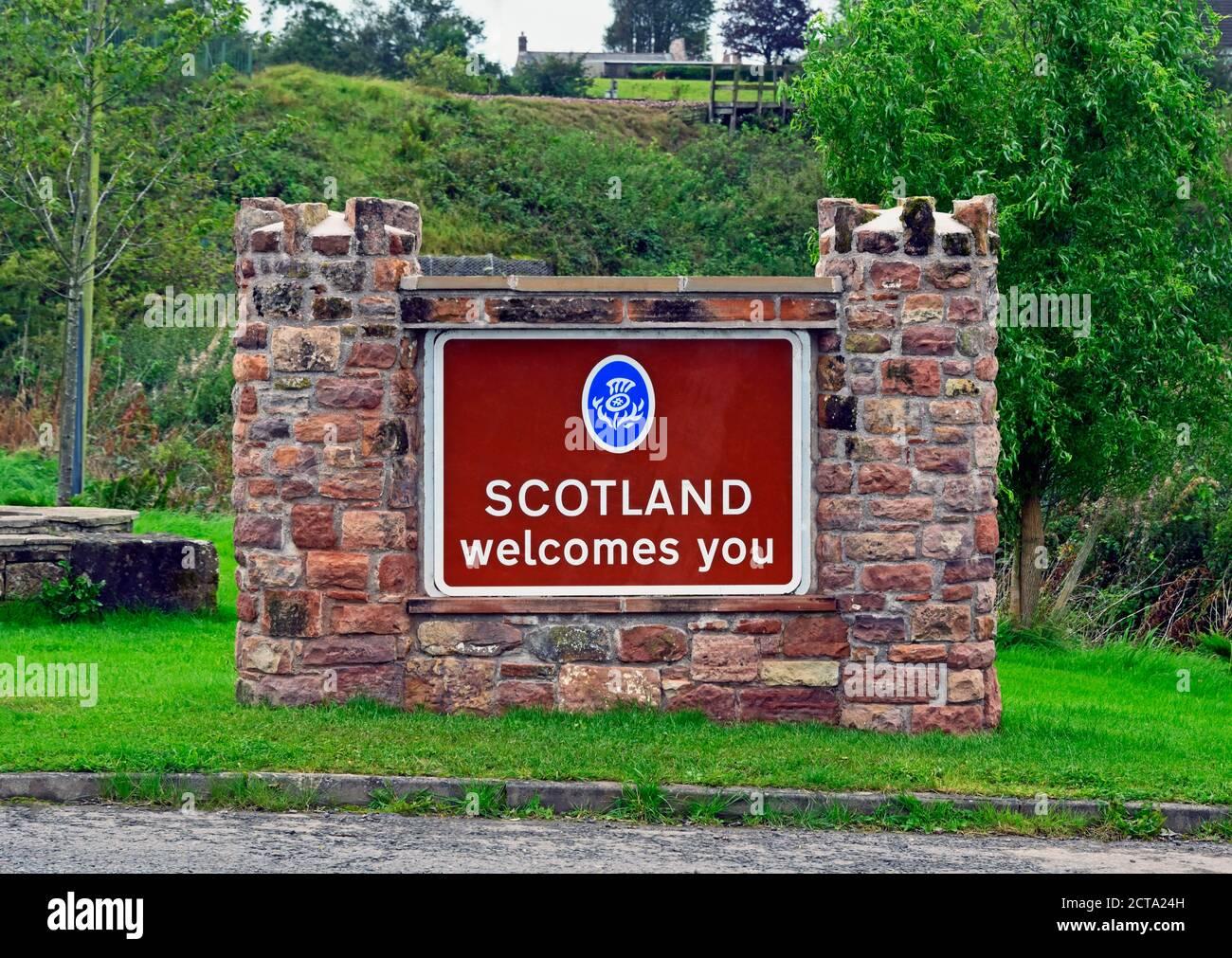 scotland-welcomes-you-sign-englandscotland-border-river-sark-springfield-gretna-dumfries-and-galloway-scotland-united-kingdom-europe-2CTA24H.jpg