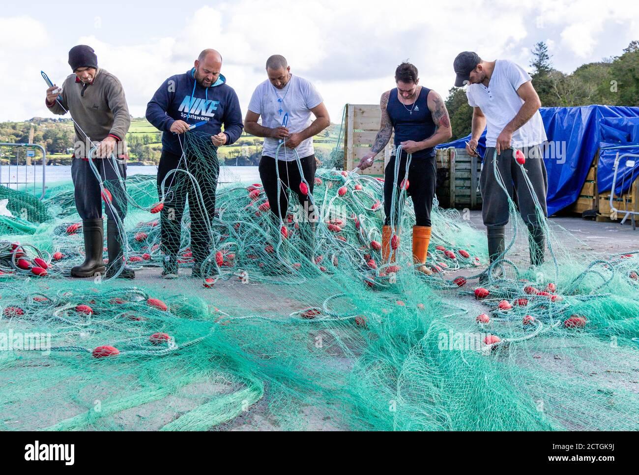 fishermen-mending-monofilament-gill-net-2CTGK9J.jpg