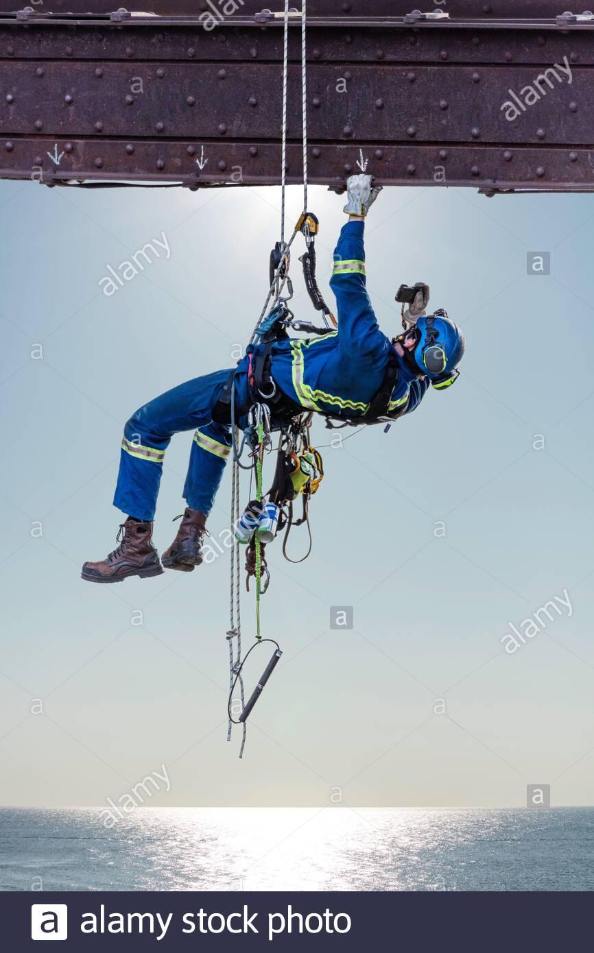 steeplejack-industrial-climber-using-rop