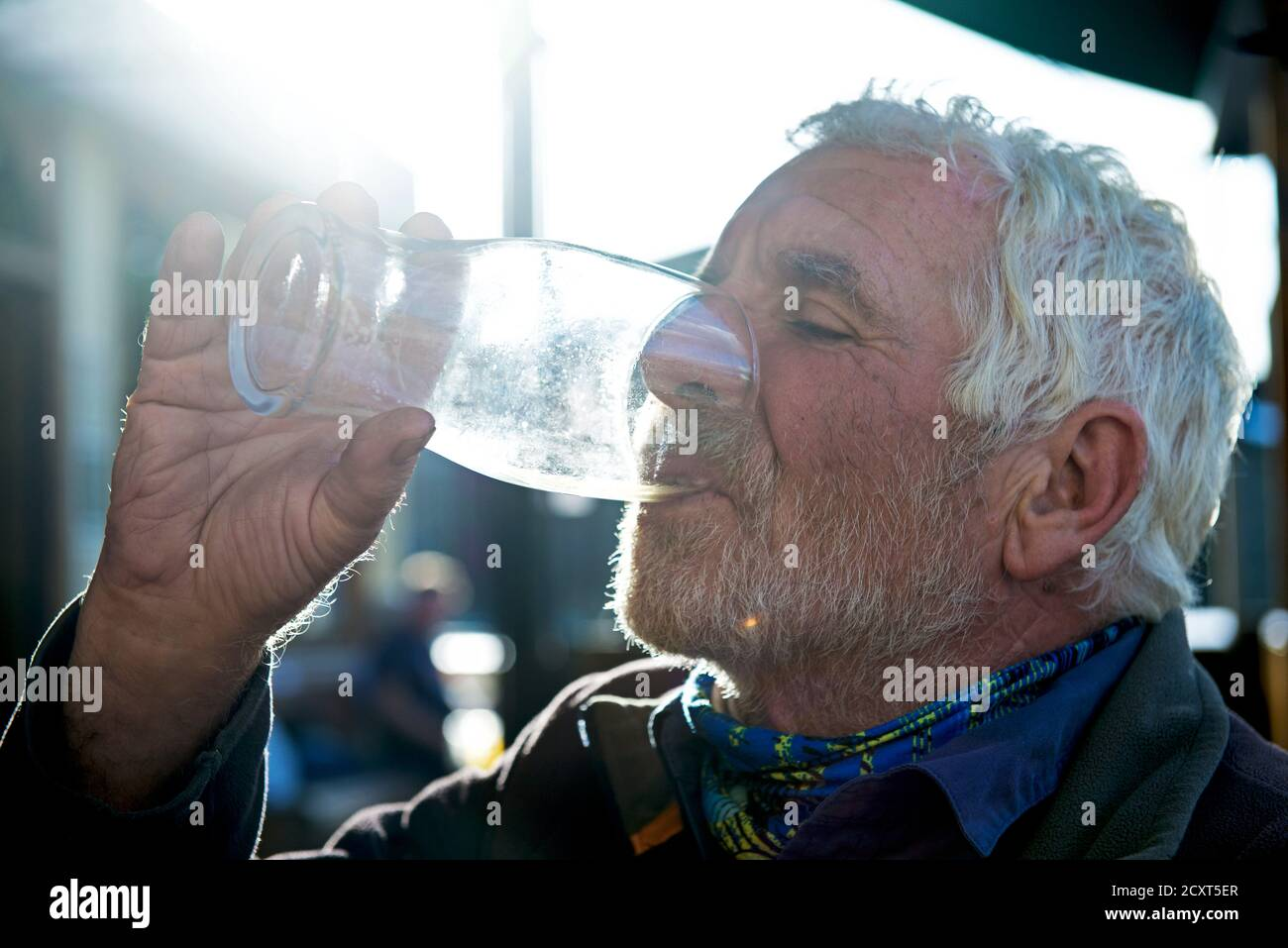 senior-man-draining-the-last-drop-opf-beer-from-a-pint-glass-england-uk-2CXT5ER.jpg