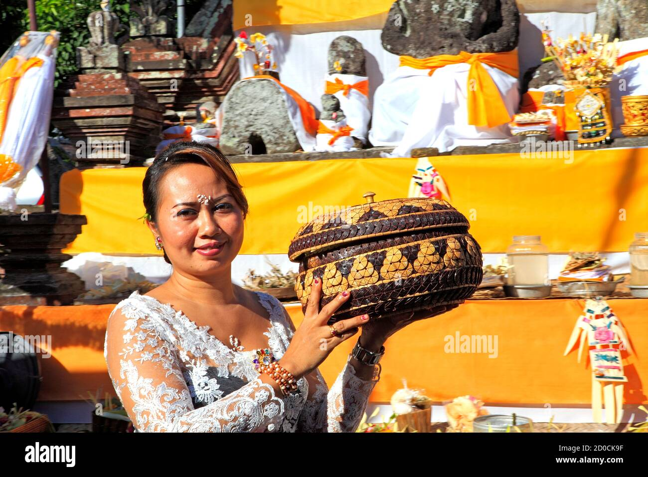 young-balinese-woman-carrying-temple-offerings-at-a-ceremony-pejeng-near-ubud-bali-indonesia-2D0CK9F.jpg