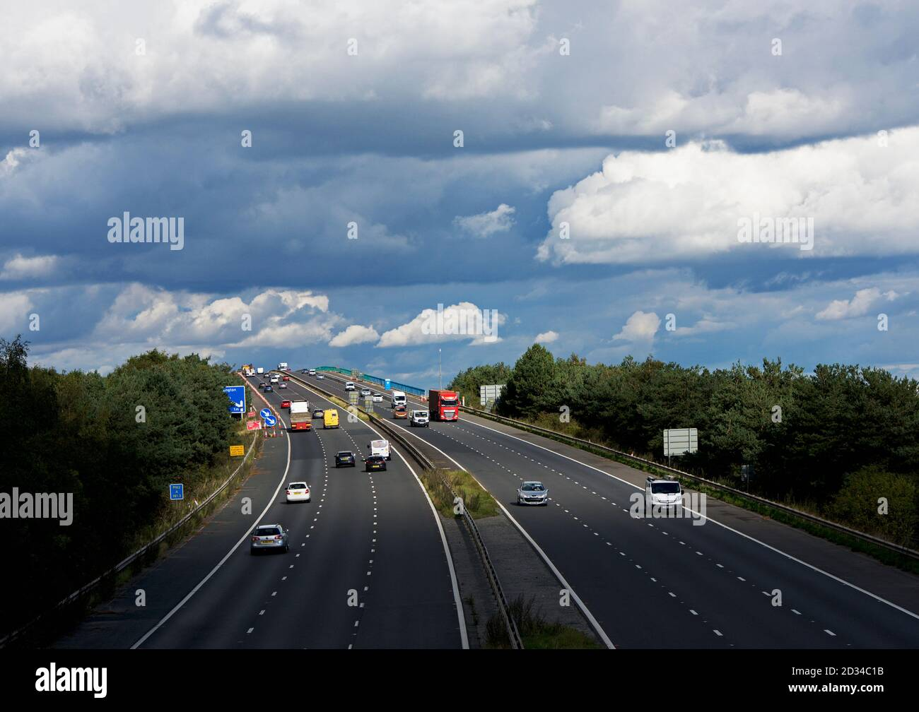 traffic-on-the-m62-motorway-as-it-crosses-the-river-ouse-on-the-ouse-bridge-between-howden-and-goole-east-yorkshire-england-uk-2D34C1B.jpg