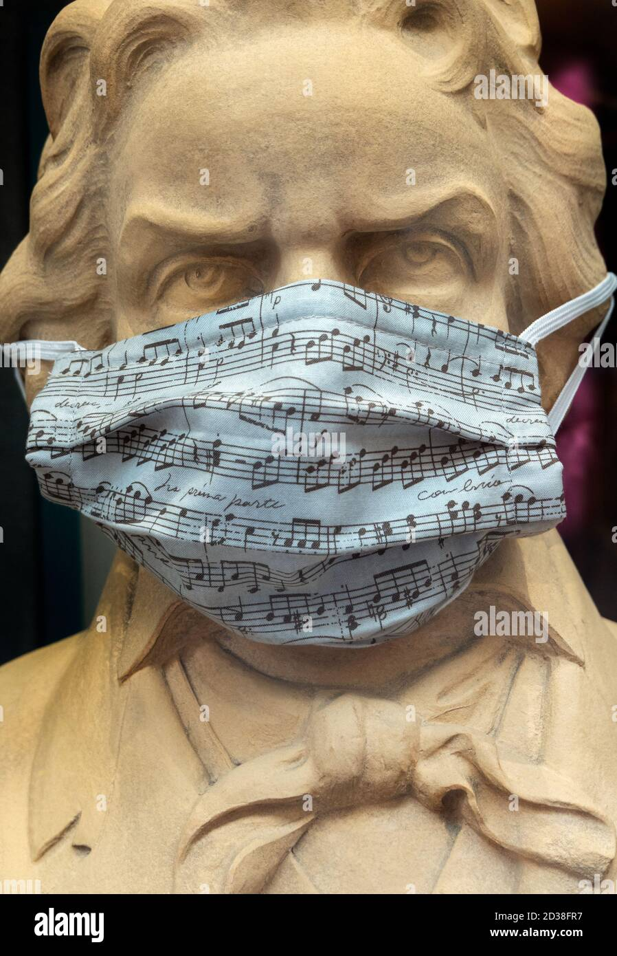 https://c7.alamy.com/comp/2D38FR7/beethoven-statue-bust-wearing-covid-covid19-corona-face-mask-with-musical-score-in-trier-germany-2020-2D38FR7.jpg