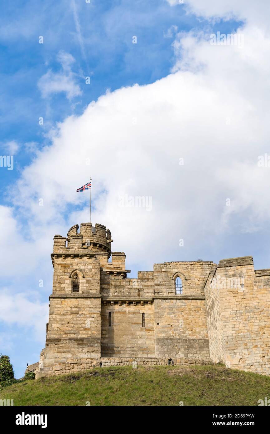 lincoln-castle-observation-tower-and-walls-lincoln-city-lincolnshire-october-2020-2D69PYW.jpg
