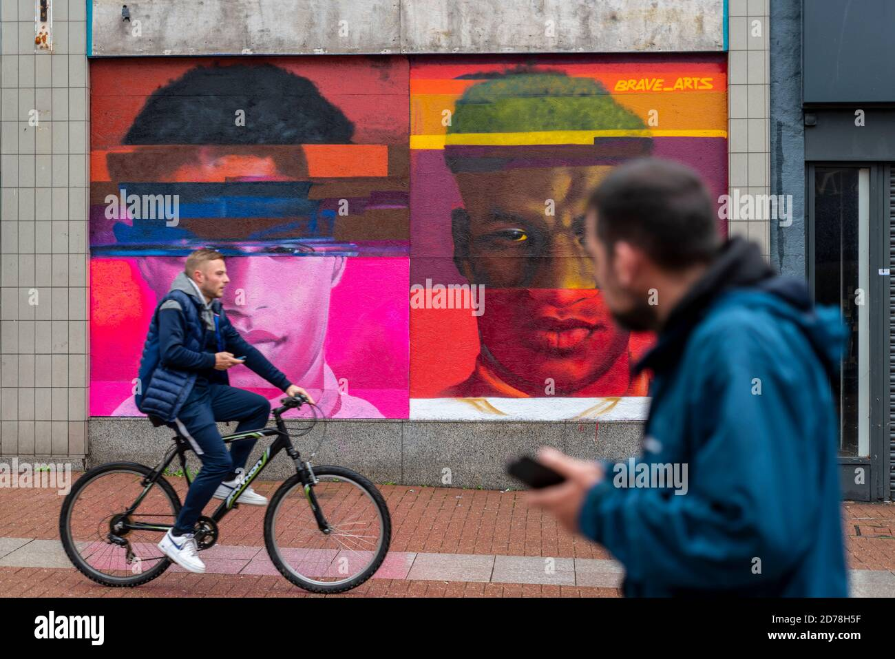 passers-by-passing-a-street-art-image-of-marcus-rashford-mbe-manchester-utd-and-england-footballer-and-campaigner-for-free-school-meals-for-poverty-2D78H5F.jpg