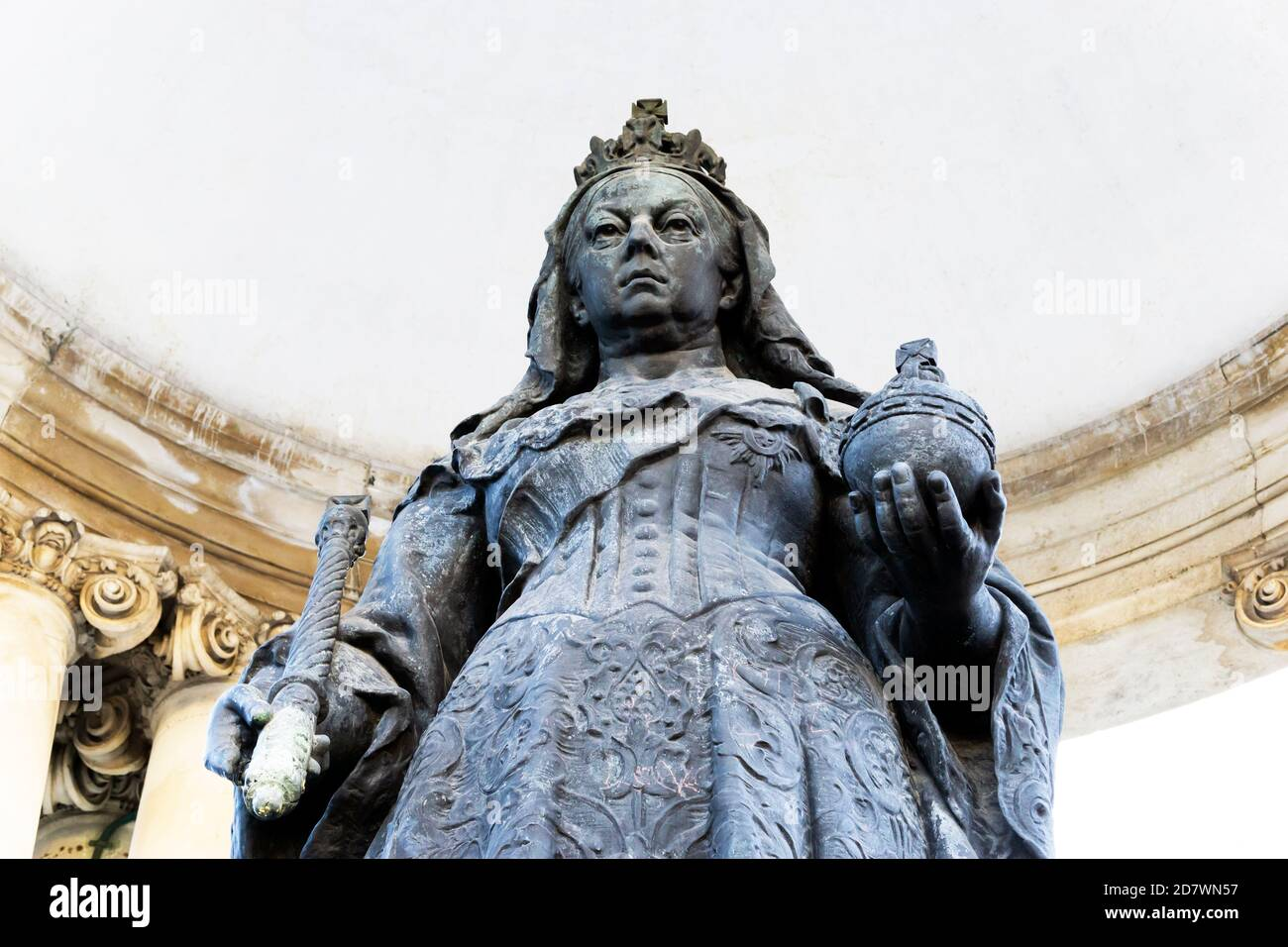 closeup-of-queen-victoria-statue-in-the-