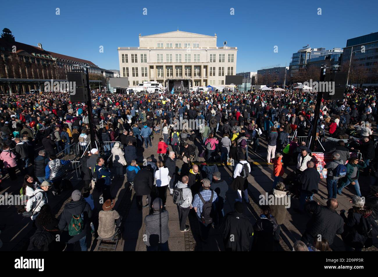 "Leipzig, Germany. 07th Nov, 2020. Thousands of participants of the demonstration of the Stuttgart initiative ""Lateral thinking"" are standing on Augustusplatz. 20,000 people are expected to attend the rally against the anti-corona measures adopted by the federal and state governments. Credit: Sebastian Kahnert/dpa-Zentralbild/dpa/Alamy Live News Stock Photo"