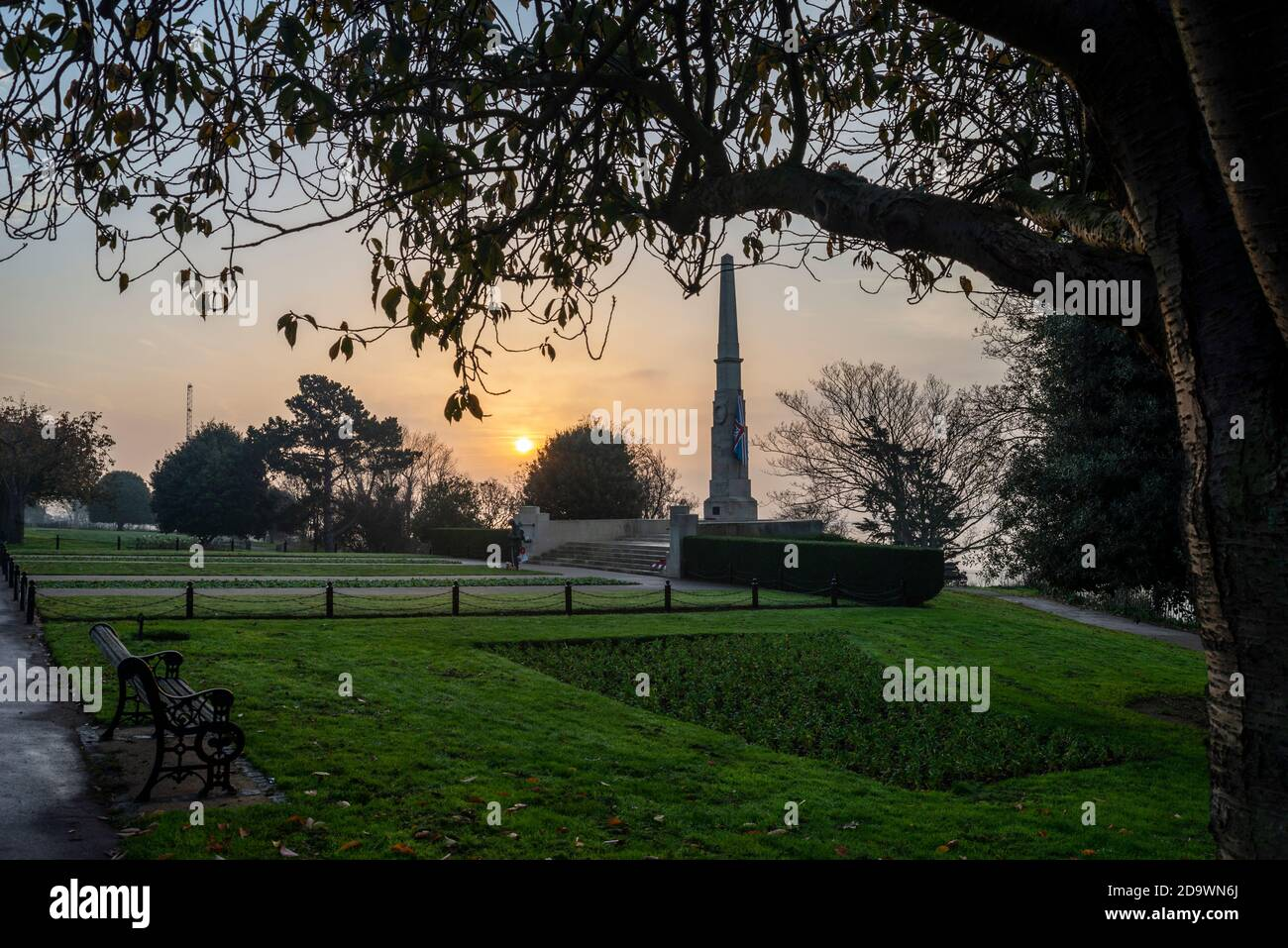 southend-on-sea-essex-uk-8th-nov-2020-the-sun-is-rising-on-remembrance-sunday-behind-the-southend-cenotaph-overlooking-the-thames-estuary-a-bronze-tommy-figure-is-a-recent-addition-credit-avpicsalamy-live-news-2D9WN6J.jpg