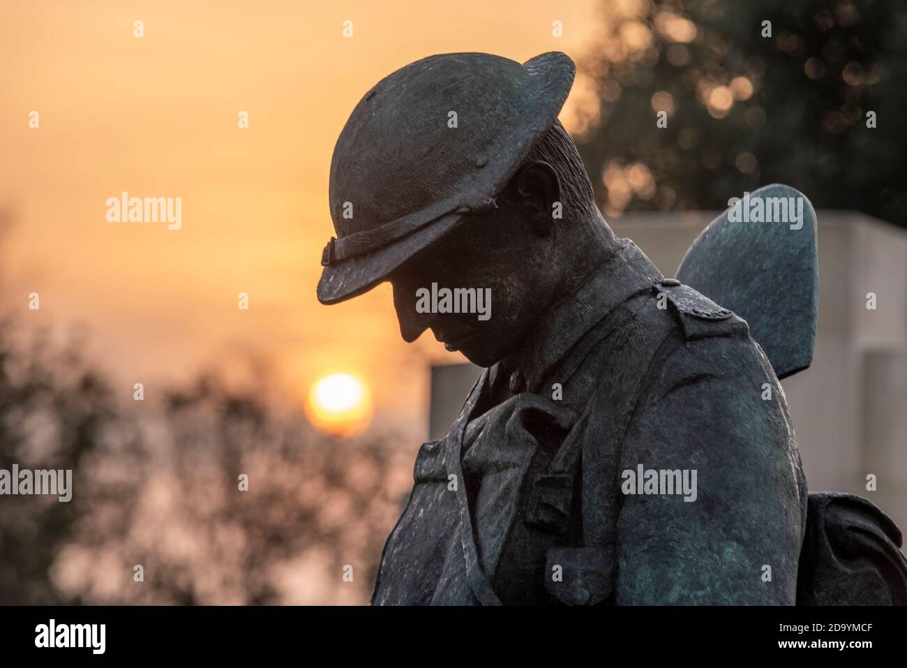 sunrise-on-remembrance-sunday-2020-at-the-southend-war-memorial-2D9YMCF.jpg