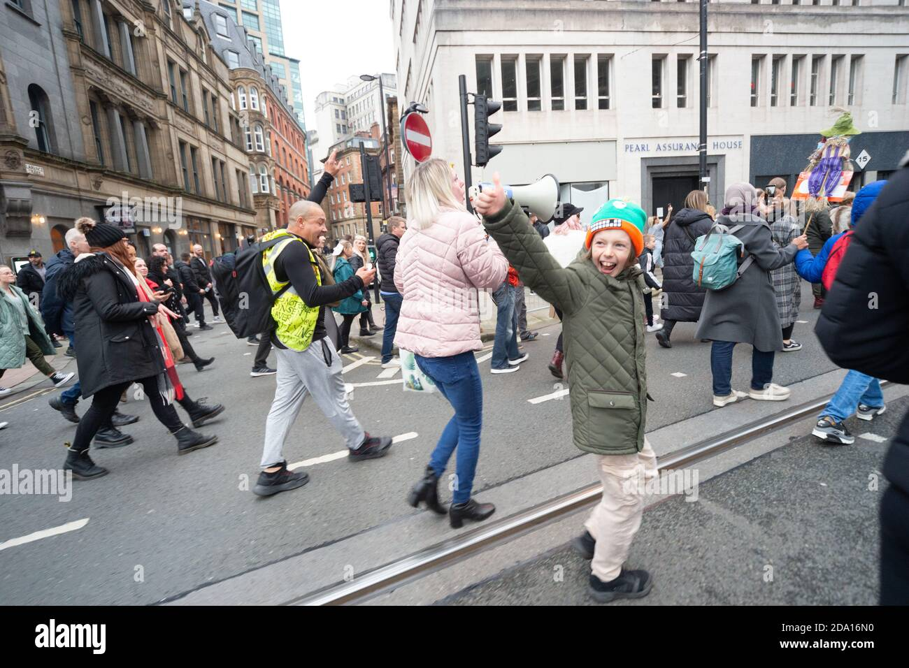 Manchester anti lockdown protest 08-11-2020 remembrance Sunday - an enthusiastic young boy shows his appreciation for the crowds with thumbs up Stock Photo