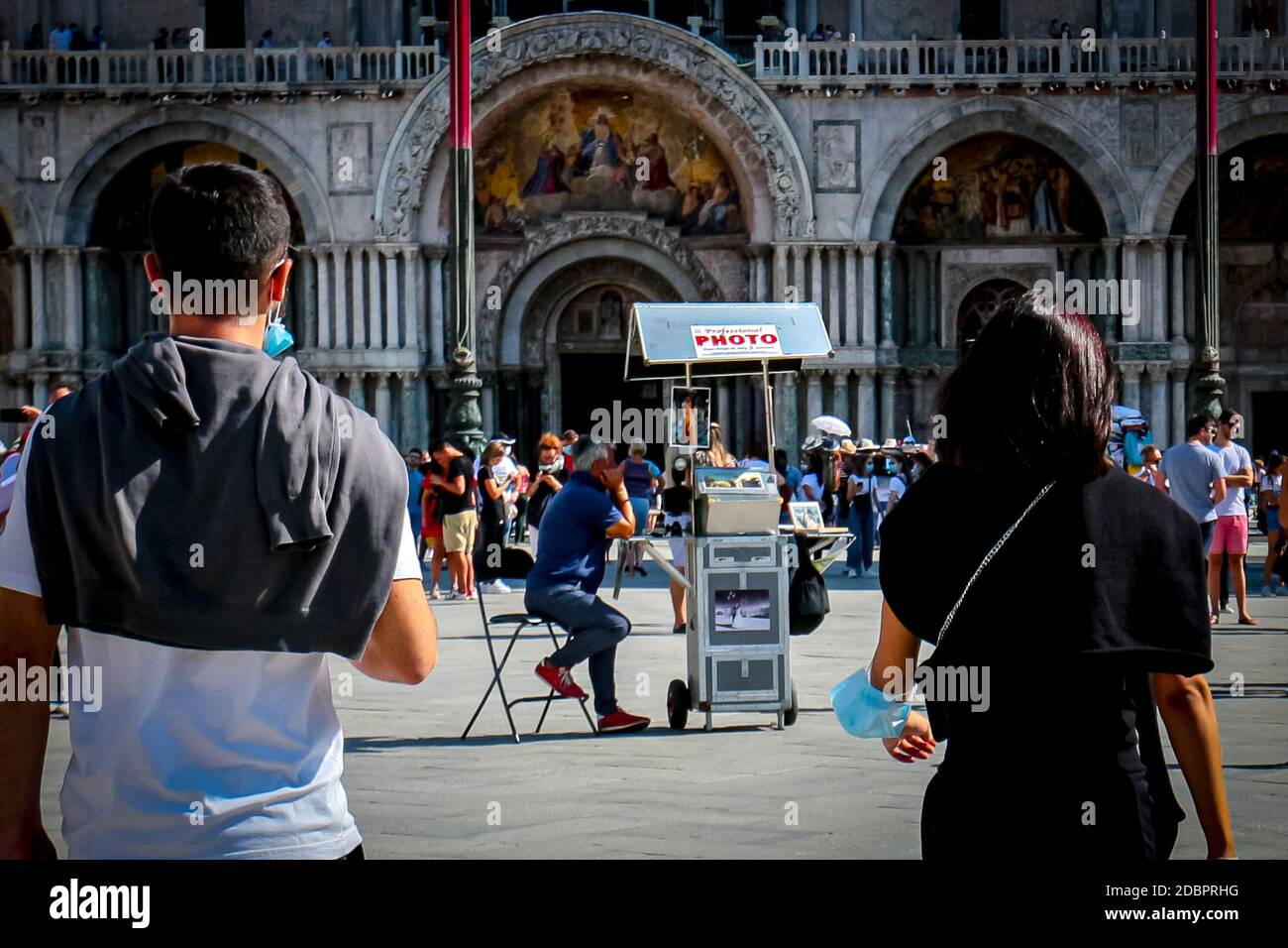 venice-tourists-with-surgical-masks-walk