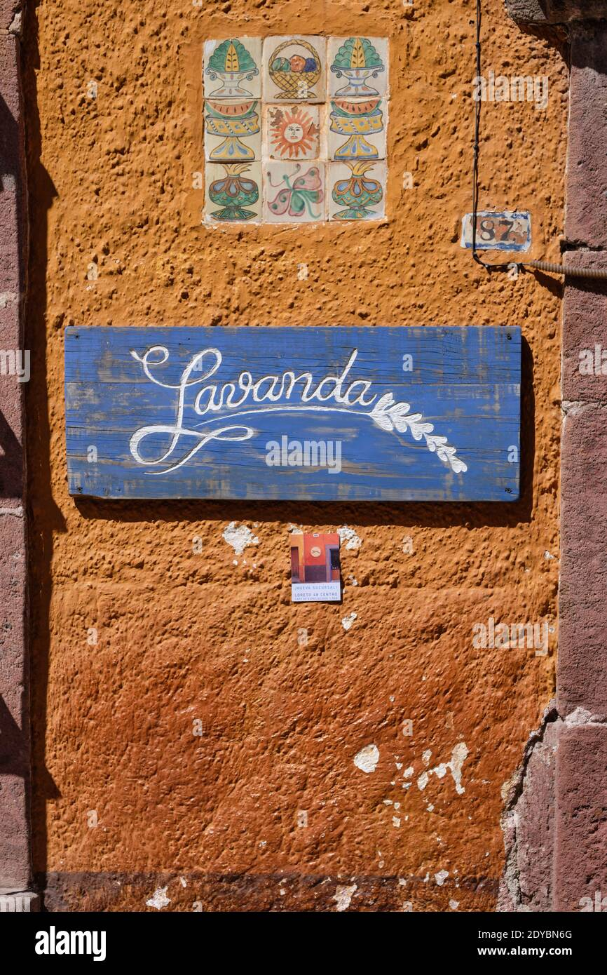 sign-of-the-lavanda-coffee-shop-and-cafe-et-san-miguel-de-allende-in-mexico-2DYBN6G.jpg