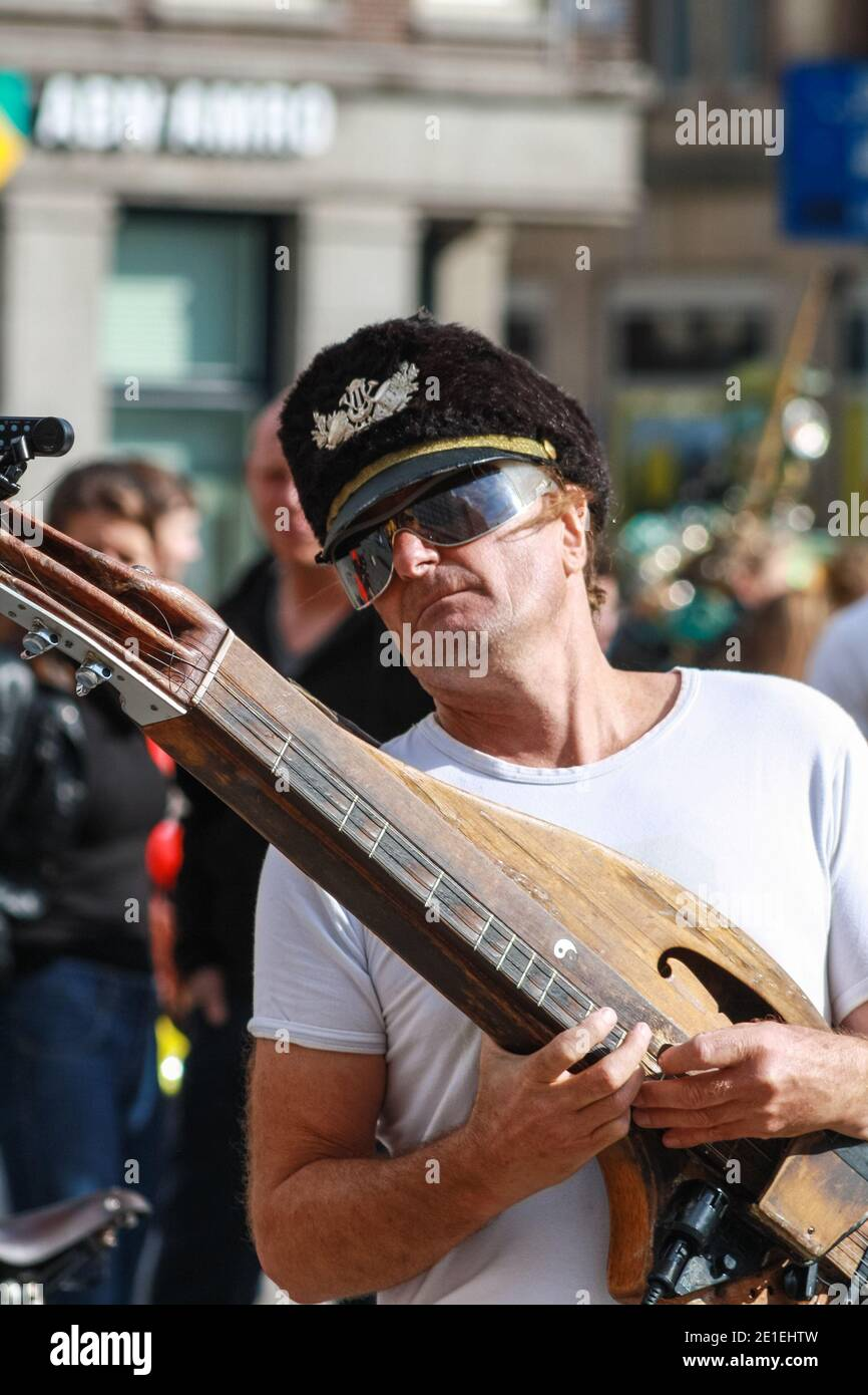 lindsay-buckland-musician-busking-in-dam-square-amsterdam-with-duo-partner-carlos-vamos-known-as-the-famous-unknowns-seen-here-playing-a-form-of-appalachian-dulcimer-2E1EHTW.jpg