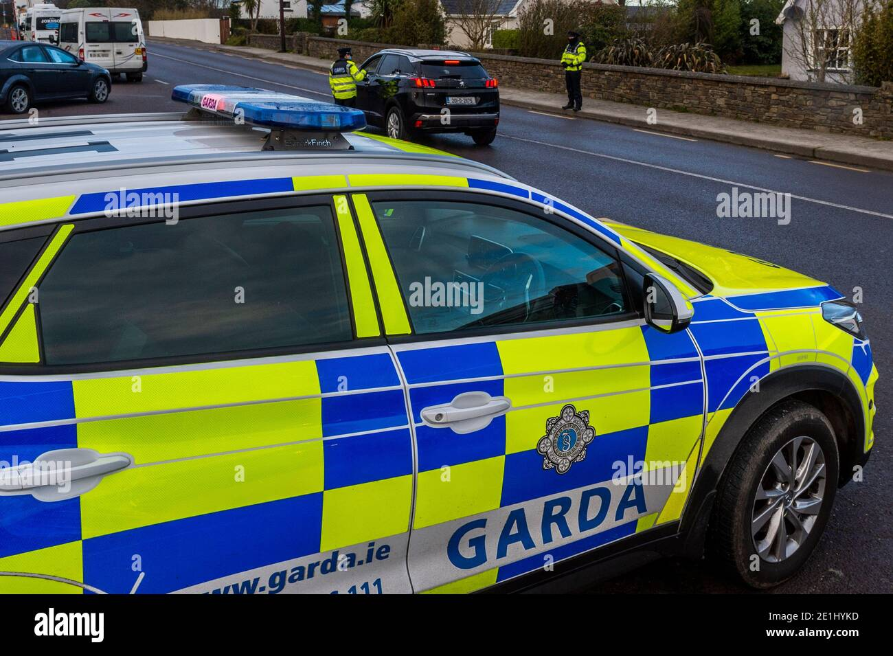 clonakilty-west-cork-ireland-7th-jan-2021-an-garda-siochana-recommenced-operation-fanacht-at-7am-this-morning-in-accordance-with-the-governments-level-5-restrictions-5km-travel-limit-as-well-as-static-checkpoints-gardai-will-introduce-mobile-checkpoints-across-the-country-this-checkpoint-was-on-the-n71-clonakilty-ringroad-credit-ag-newsalamy-live-news-2E1HYKD.jpg