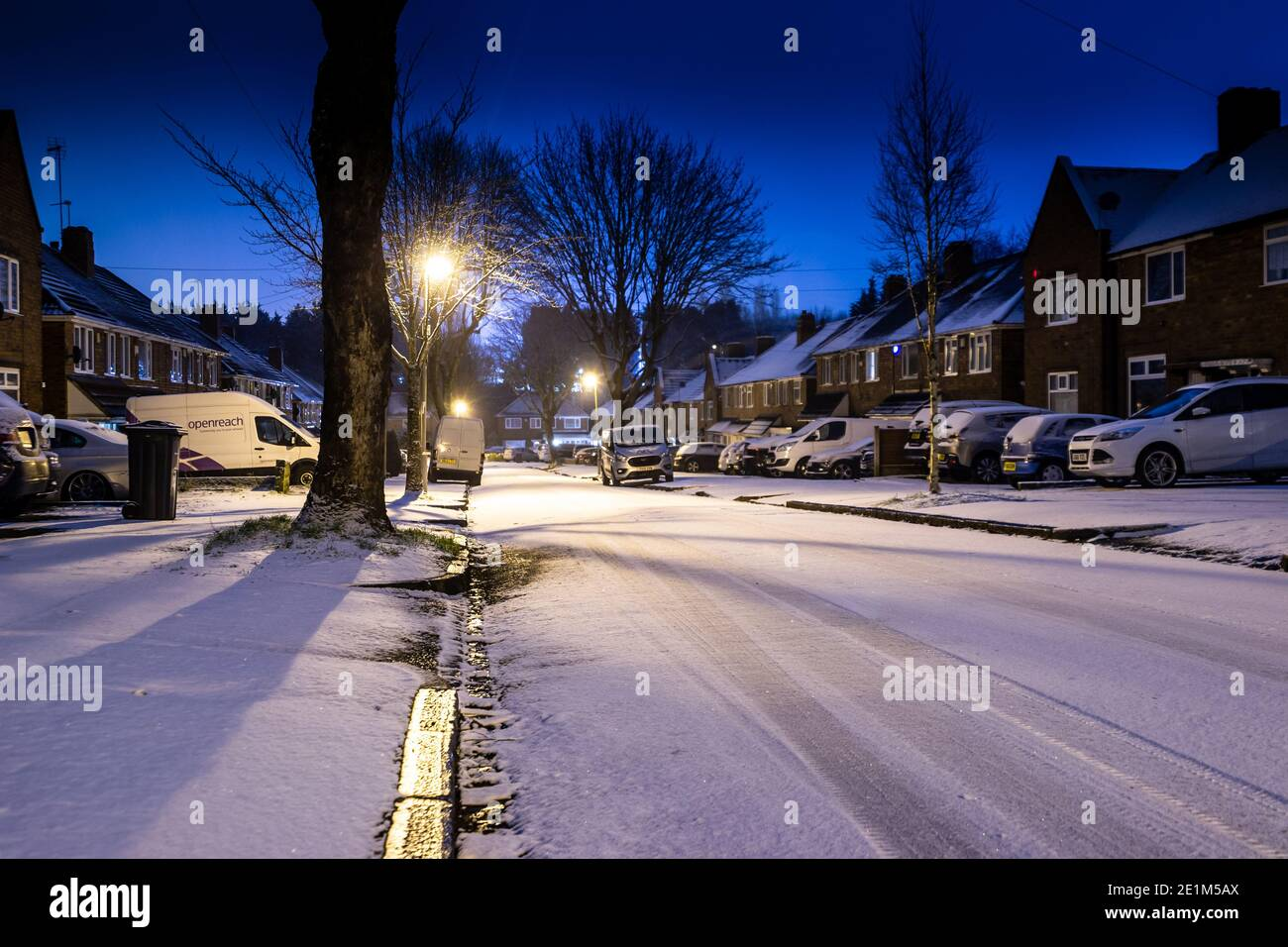 birmingham-west-midlands-uk-8th-january-2021-bands-of-snow-scattered-across-the-uk-overnight-and-through-friday-morning-leaving-roads-white-and-shimmering-credit-ryan-underwoodalamy-live-news-2E1M5AX.jpg