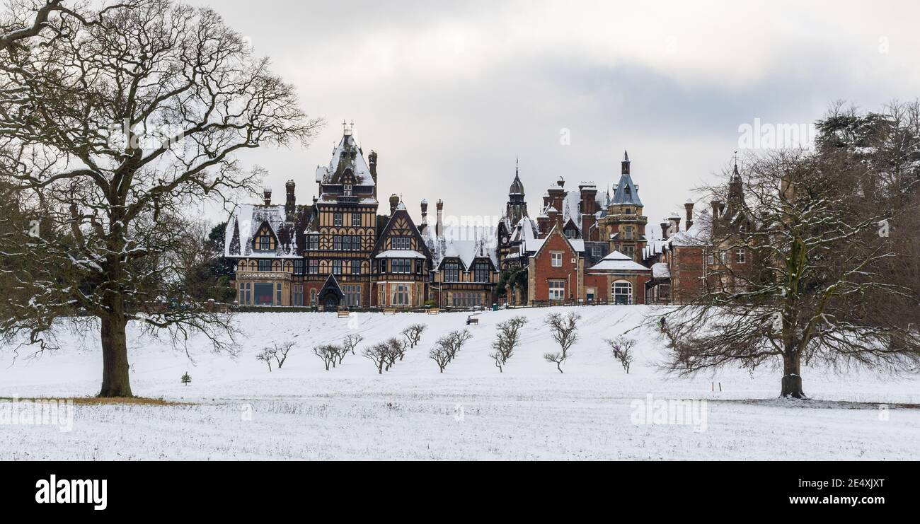 farnborough-hill-a-roman-catholic-independent-girls-day-school-english-public-school-in-january-or-winter-with-snow-hampshire-uk-2E4XJXT.jpg