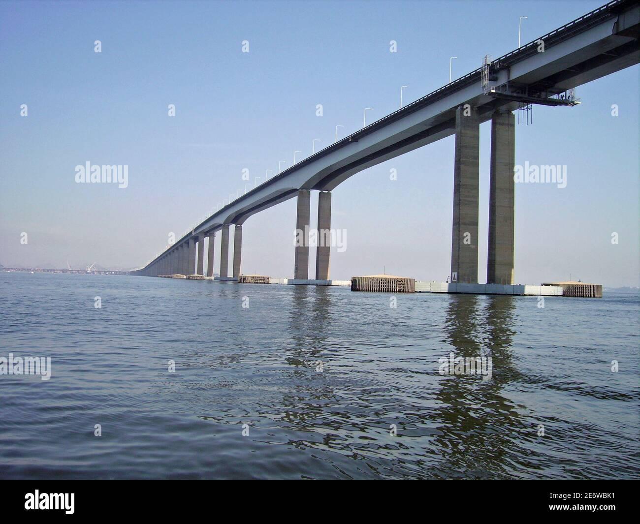 https://c7.alamy.com/comp/2E6WBK1/rio-de-janeiro-pont-de-niteroi-baie-de-guanabara-2E6WBK1.jpg