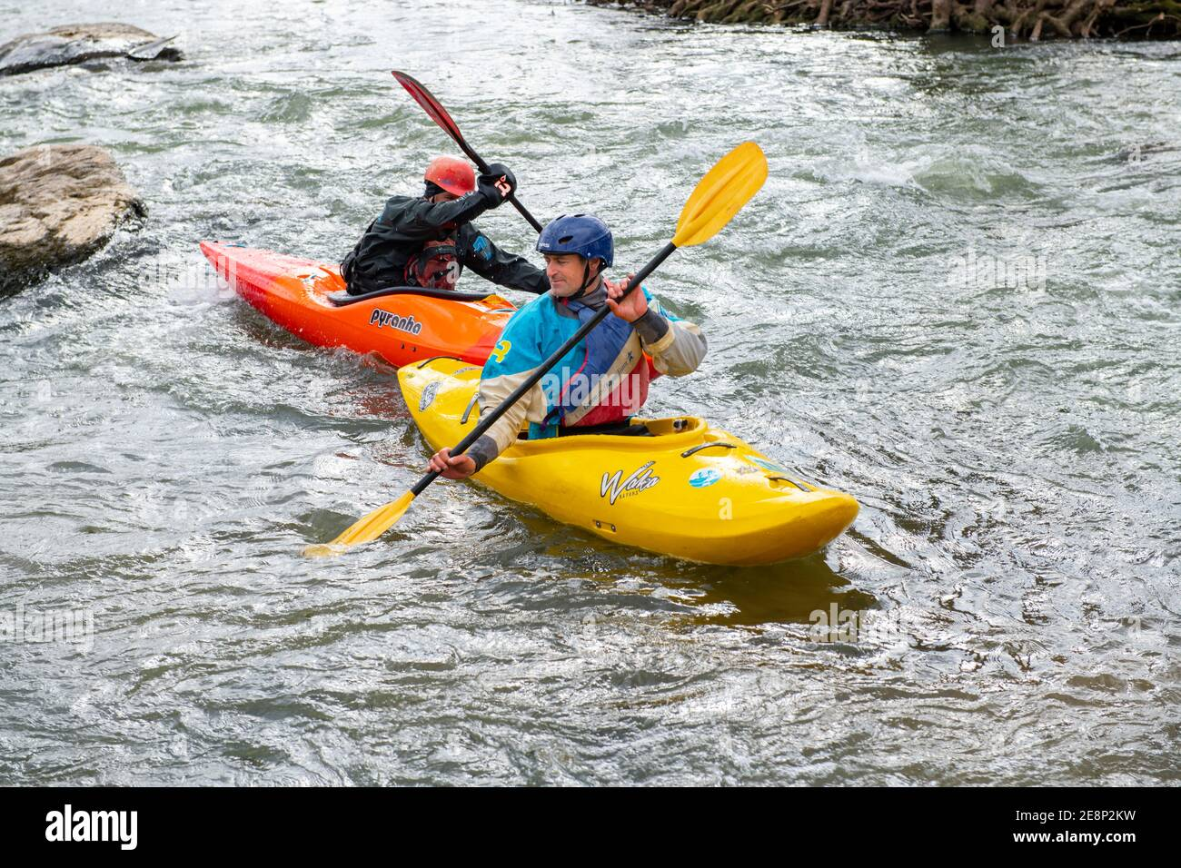 usa-maryland-md-kayaking-on-the-potomac-river-near-darnstown-men-winter-fun-2E8P2KW.jpg