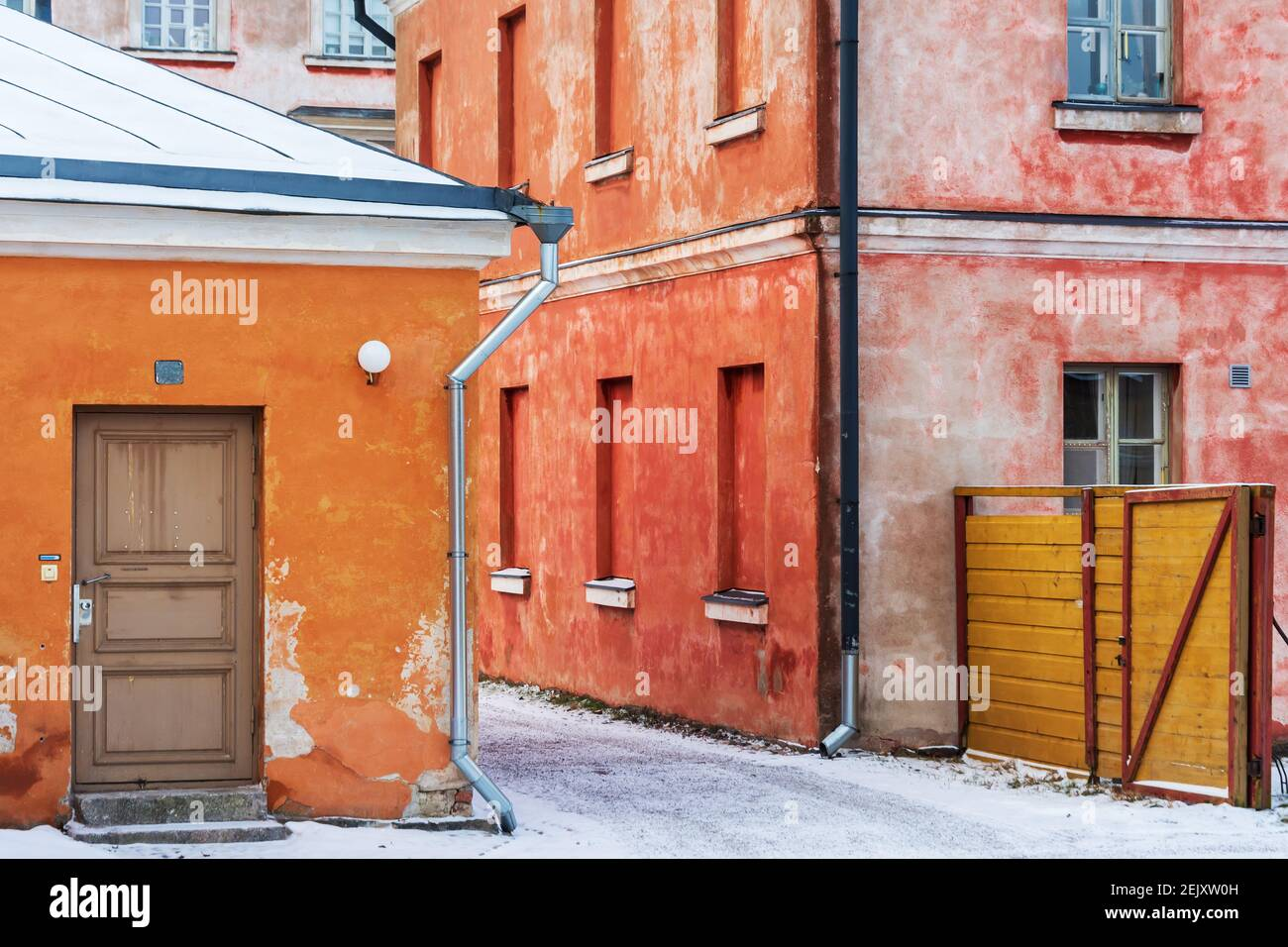 pink-and-orange-colour-buildings-on-suomenlinna-fortress-island-in-helsinki-finland-2EJXW0H.jpg