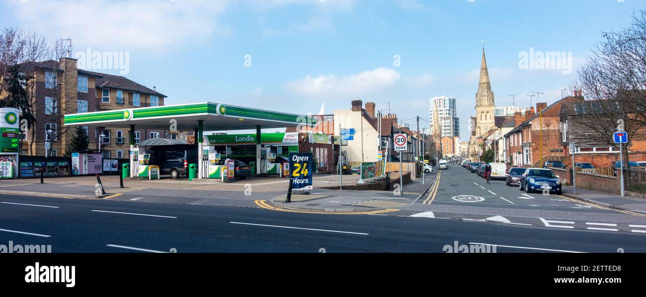 the-bp-petrol-station-on-london-road-in-reading-uk-with-a-small-londis-convenience-shop-incorporated-2ETTED8.jpg