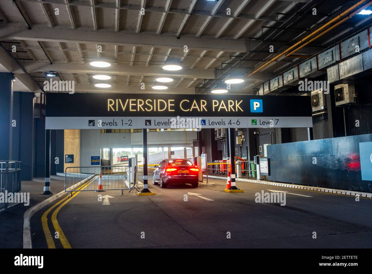 a-car-enters-the-riverside-multi-storey-car-park-part-of-the-oracle-shopping-centre-in-reading-uk-2ETTETE.jpg