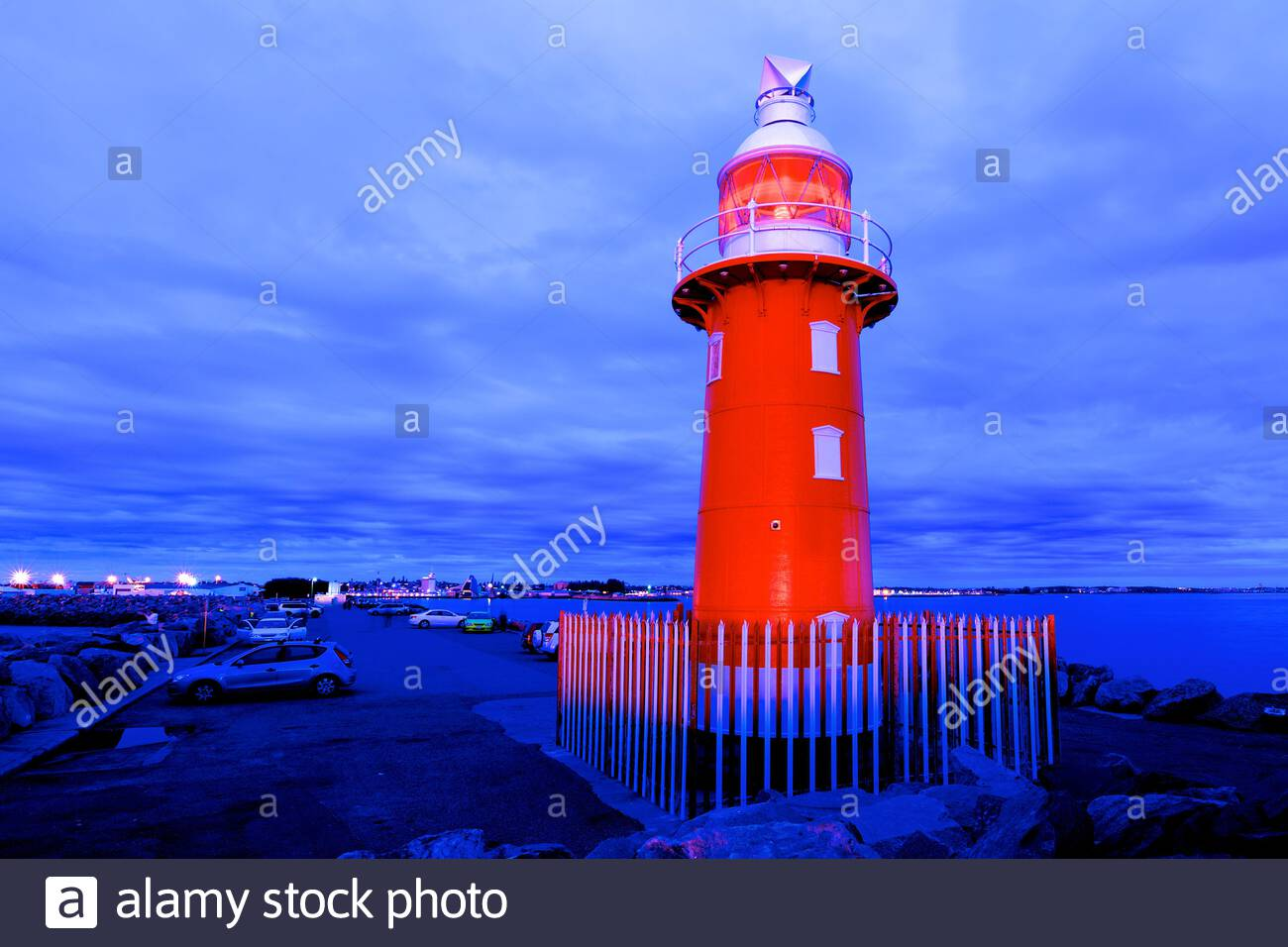 the-red-north-mole-lighthouse-at-dusk-at-the-entrance-to-fremantle-harbour-in-western-australia-it-has-been-in-operation-since-1906-2F1CBMX.jpg