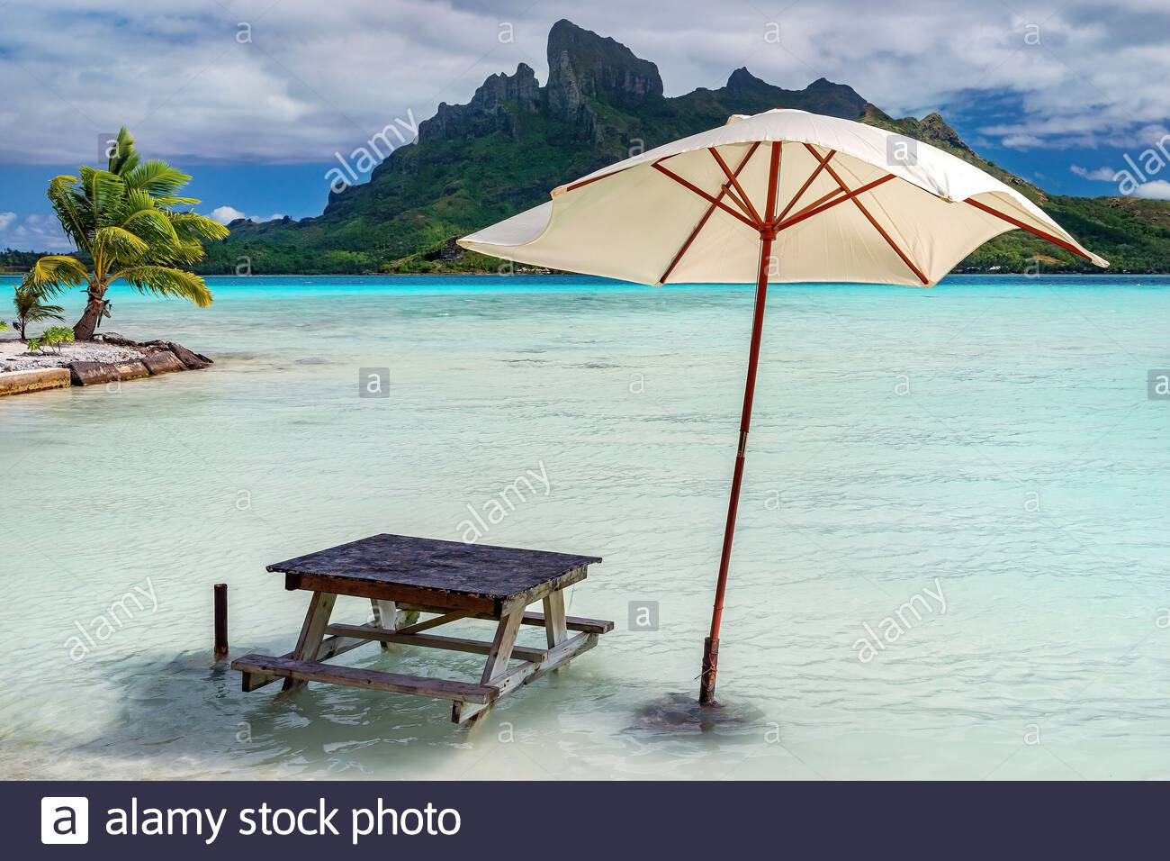 bora-bora-french-polynesia-having-lunch-