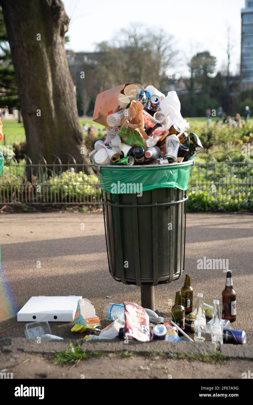 leamington-spa-warwickshire-uk-30th-march-2021-bins-are-filled-to-the-brim-with-bottles-and-cans-and-food-rubbish-as-hundreds-flock-to-the-fields-around-victoria-park-in-leamington-including-many-students-from-the-nearby-warwick-university-credit-ryan-underwood-alamy-live-news-2F67A9G.jpg