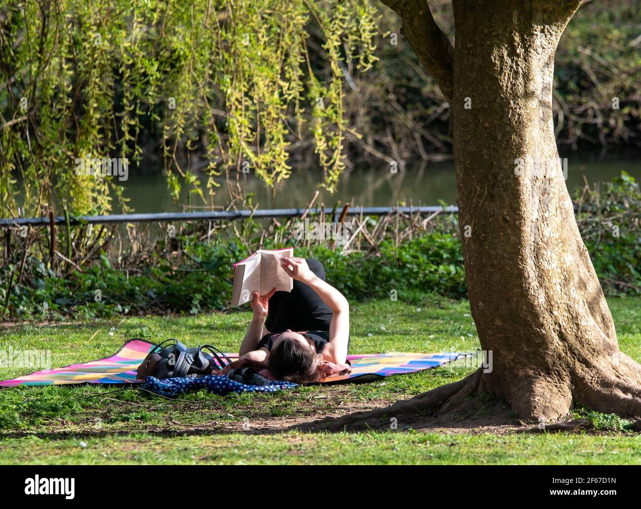 leamington-spa-warwickshire-uk-30th-march-2021-all-people-young-and-old-headed-out-onto-the-fields-to-bathe-in-a-sudden-shock-of-british-sun-today-perfectly-timed-with-a-reduction-in-lockdown-restrictions-allowing-more-people-to-gather-outdoors-credit-ryan-underwood-alamy-live-news-2F67D1N.jpg