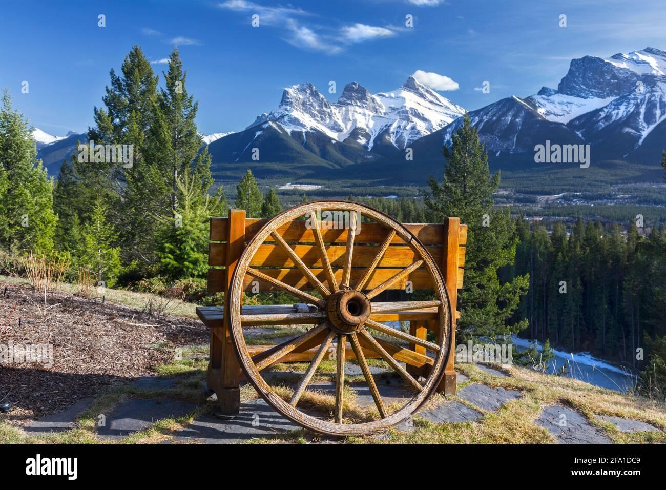 old-wooden-wagon-wheel-replica-picnic-be