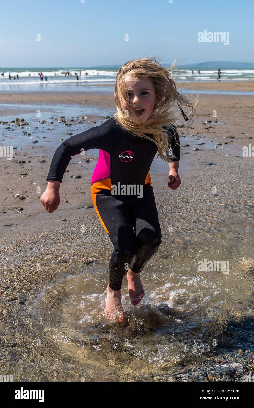 garretstown-west-cork-ireland-25th-apr-2021-hundreds-of-sunseekers-descended-on-west-cork-on-what-is-shaping-up-to-be-one-of-the-hottest-days-of-the-year-5-year-old-michalina-lotkowska-from-bandon-cooled-off-by-jumping-in-the-water-credit-ag-newsalamy-live-news-2FH5MR6.jpg