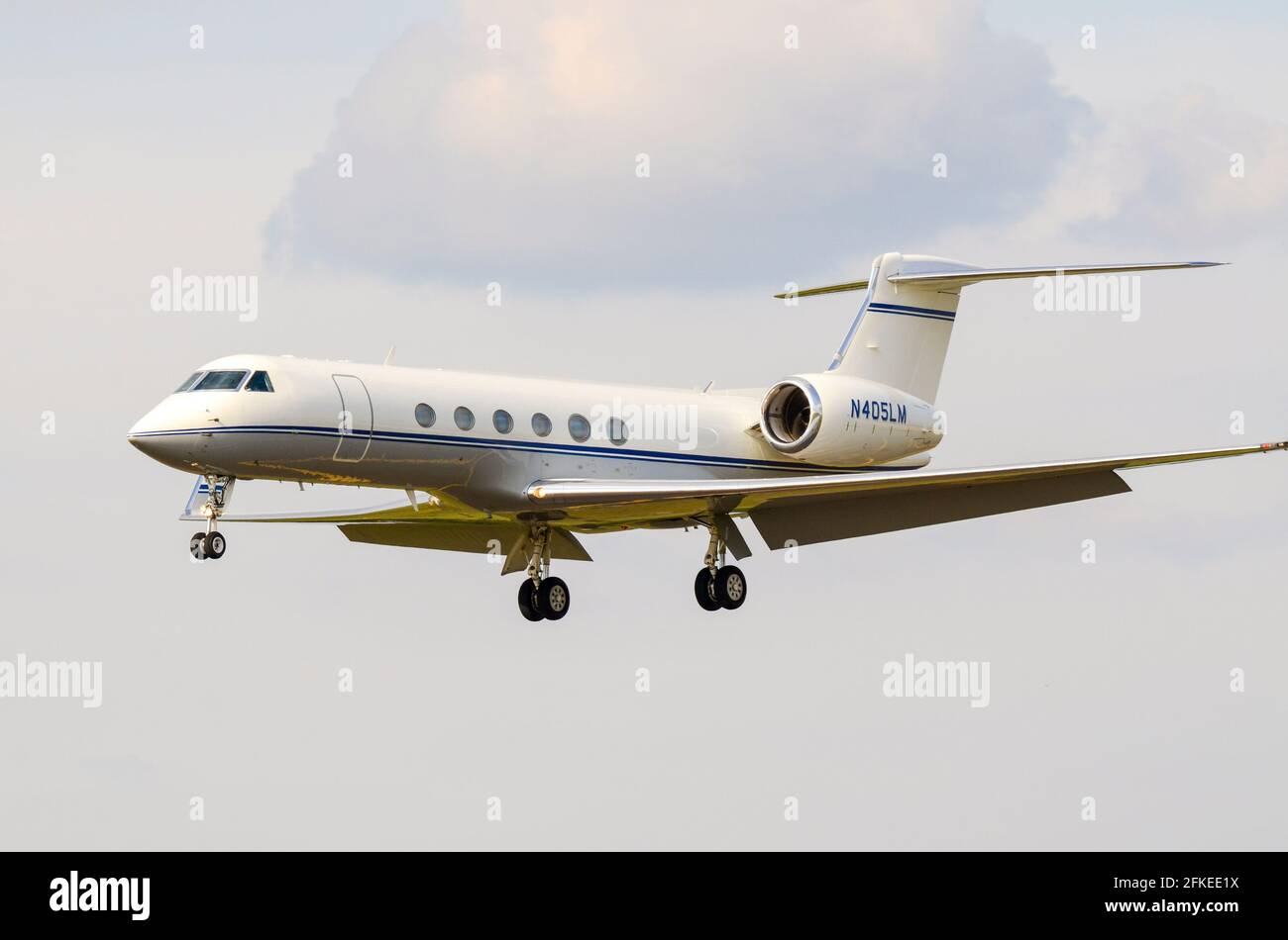 gulfstream-v-gv-g-v-corporate-jet-plane-n405lm-operated-by-lockheed-martin-landing-at-raf-fairford-business-jet-bizjet-space-for-copy-2FKEE1X.jpg