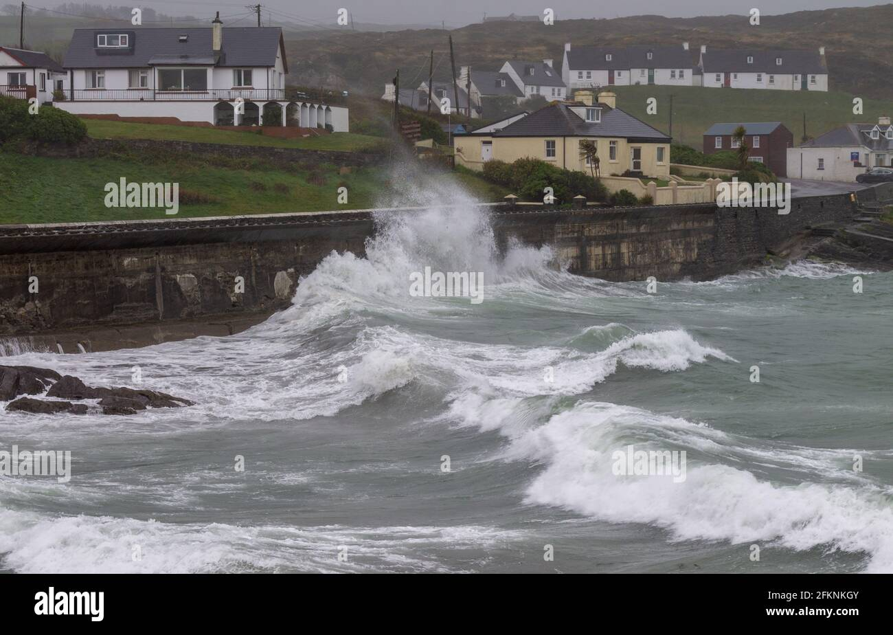 storm-waves-hitting-sea-wall-tragumnawest-corkireland-2FKNKGY.jpg