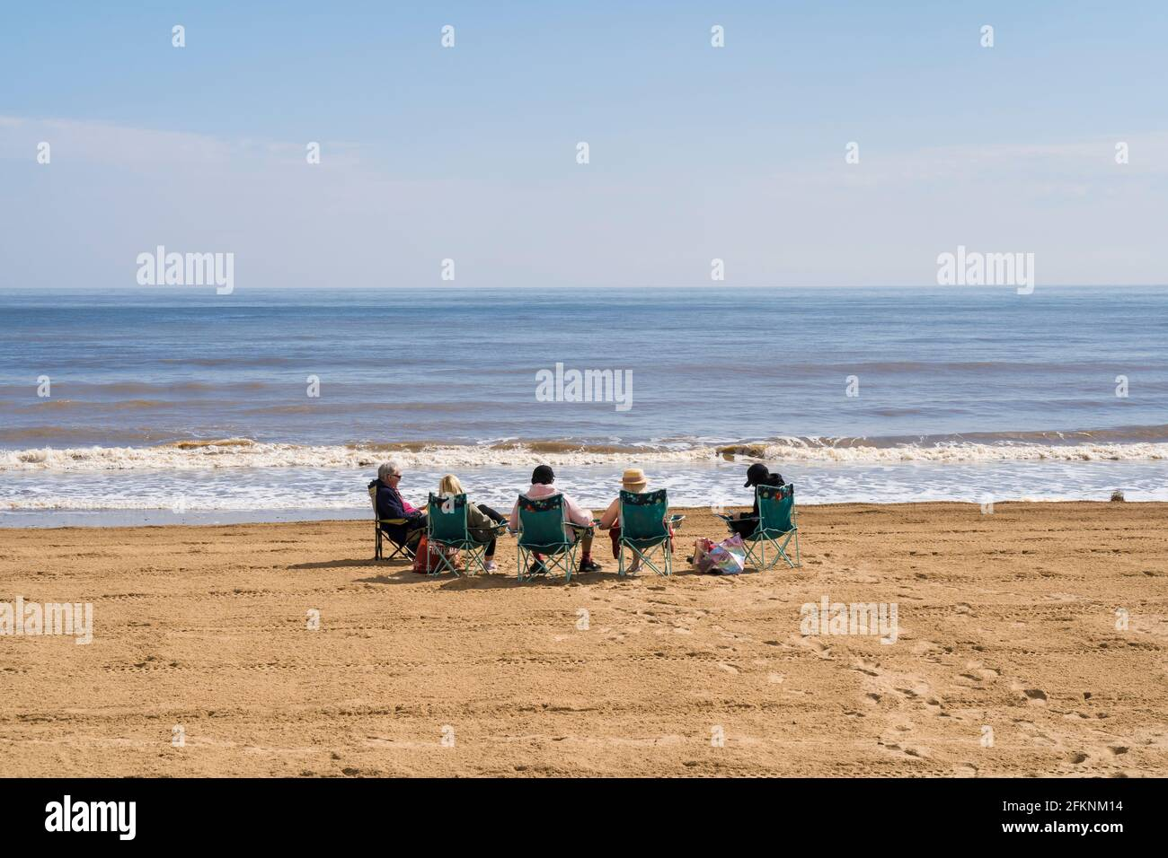 family-enjoying-day-out-on-mablethorpe-beach-lincolnshire-2FKNM14.jpg