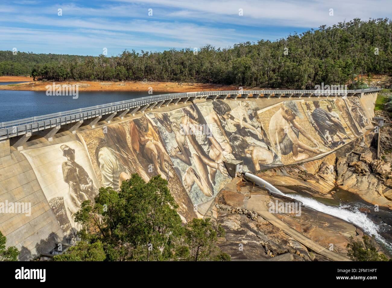 wellington-dam-worlds-largest-dam-wall-mural-painted-by-guido-van-helten-artist-collie-western-australia-2FM1HFT.jpg