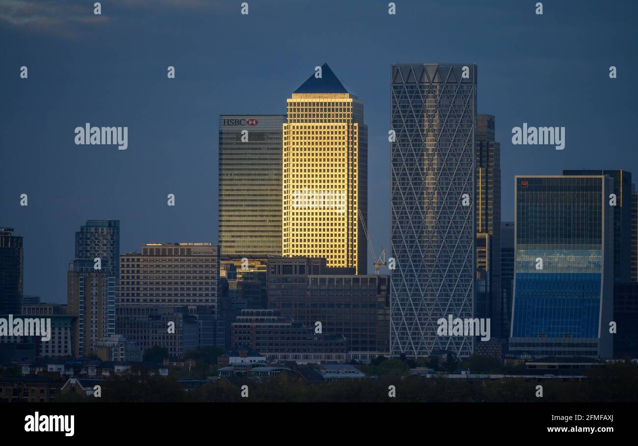 view-of-canary-wharf-skyscrapers-from-the-top-floor-balcony-of-city-hall-in-london-during-london-mayor-election-results-evening-towards-sunset-2FMFAXJ.jpg