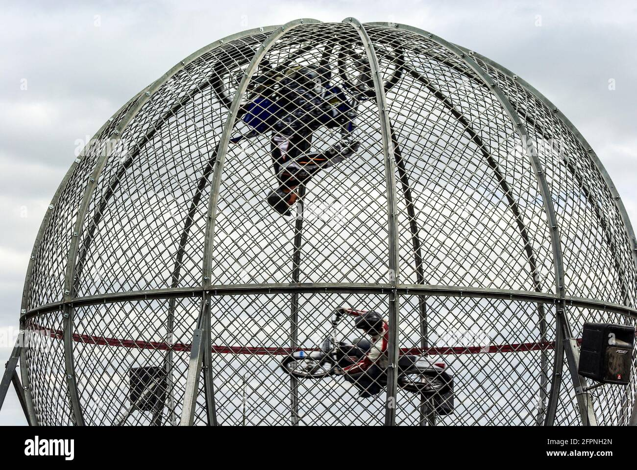 globe-of-death-motorcycle-riders-stunt-riding-inside-a-globe-motorbike-stunt-motorcyclists-inside-a-mesh-sphere-ball-circus-carnival-show-display-2FPNH2N.jpg