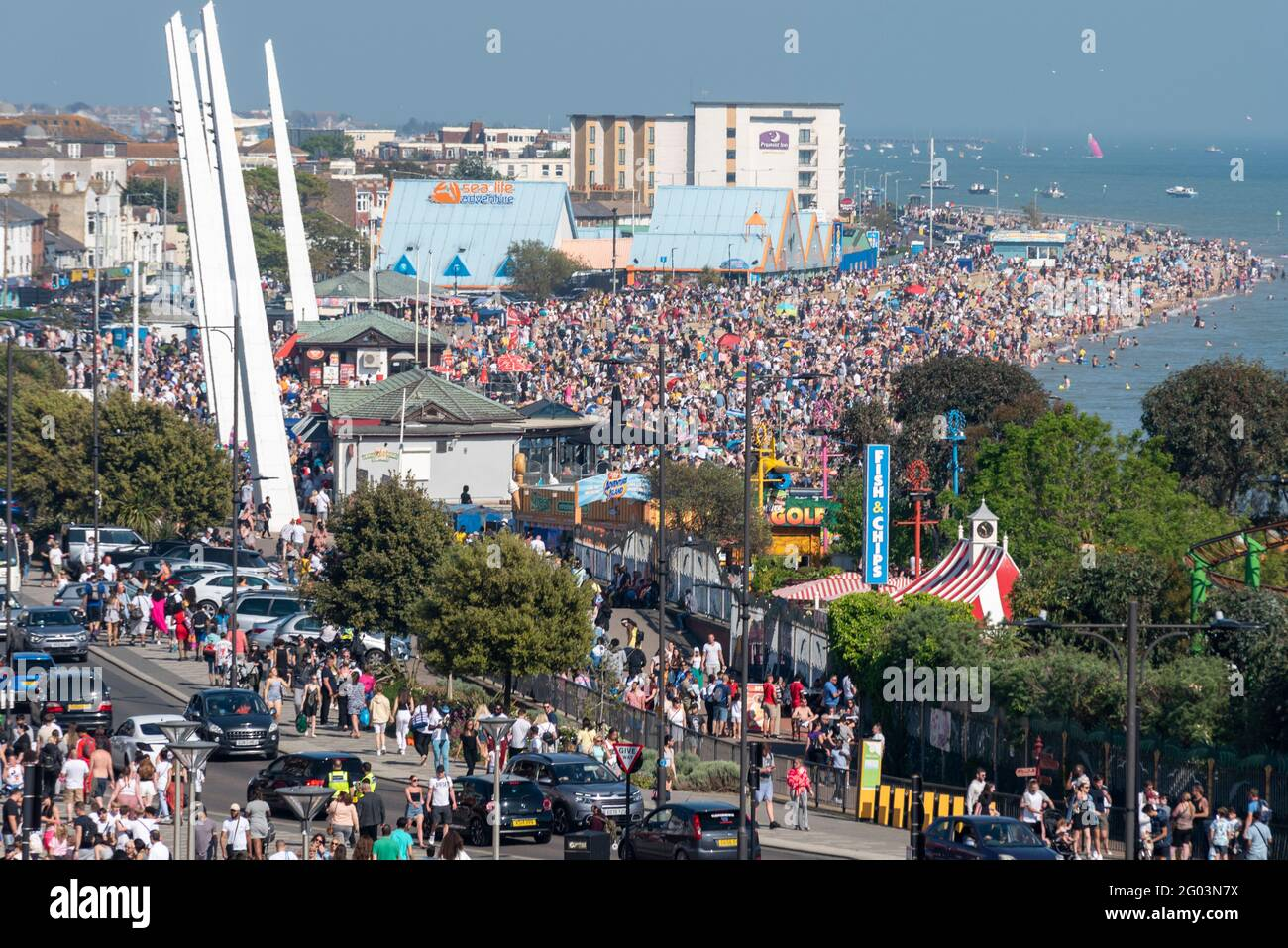 southend-on-sea-essex-uk-31st-may-2021-the-warm-sunny-weather-has-attracted-people-to-the-seaside-town-on-the-bank-holiday-monday-seafront-car-parks-are-full-with-long-tailbacks-of-traffic-trying-to-enter-the-town-the-beaches-and-seafront-promenades-are-packed-with-visitors-2G03N7X.jpg