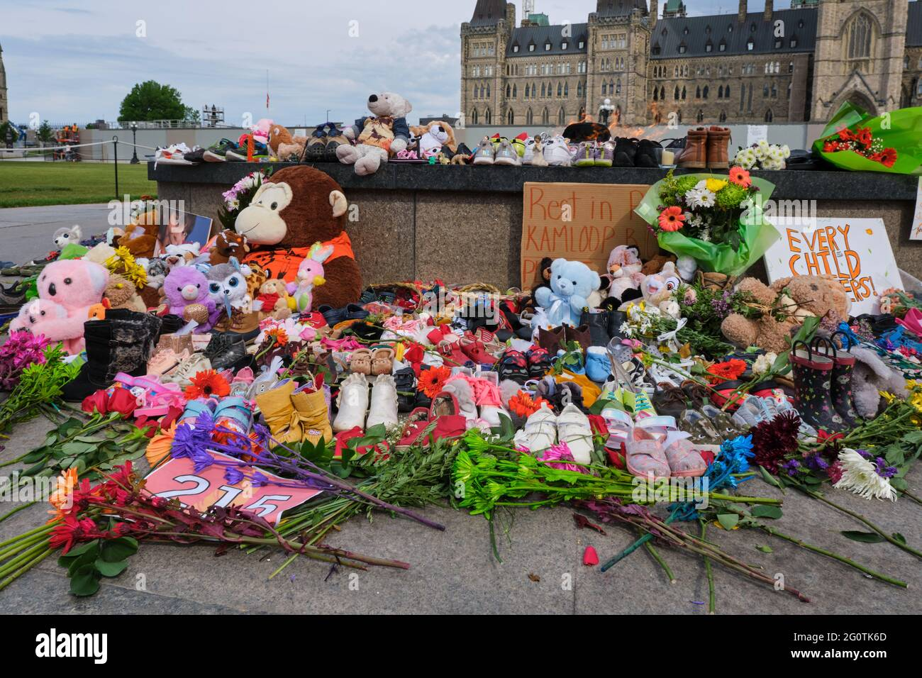ottawa-canada-june-1-2021-memorial-to-215-aboriginal-children-whose-remain-found-in-residential-school-in-kamloops-toys-and-shoes-left-2G0TK6D.jpg
