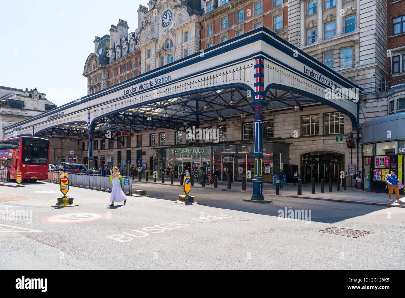 London Victoria railway station in Terminus Place, London, England, UK Stock Photo